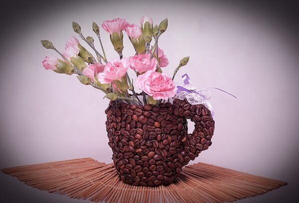 Чашка оклеенная зёрнами кофе