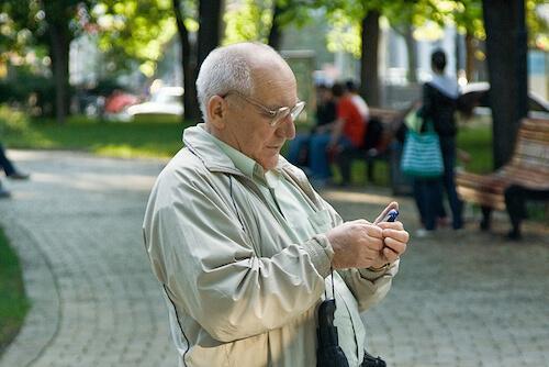 Сотовый телефон у дедушки