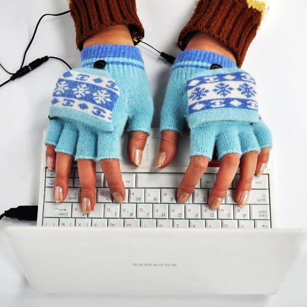 За ноутбуком в перчатках