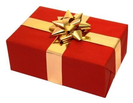 свадебный подарок в красной бумаге