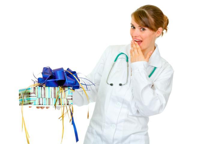 Что подарить врачу в знак благодарности мужчине и женщине