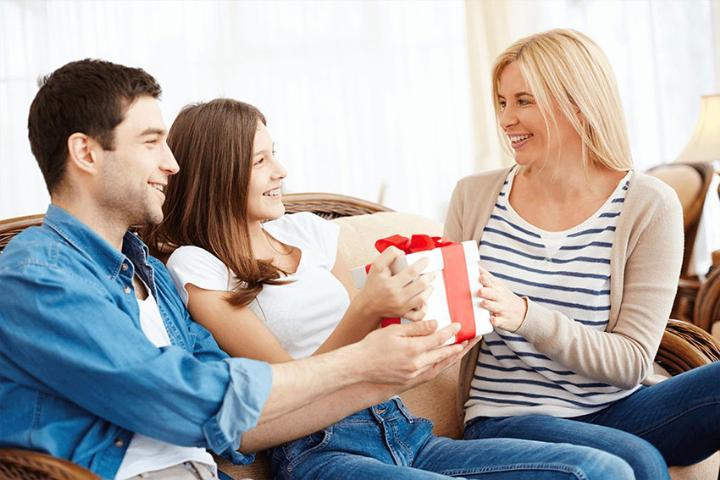 Дети дарят подарок маме на 8 Марта - что можно презентовать