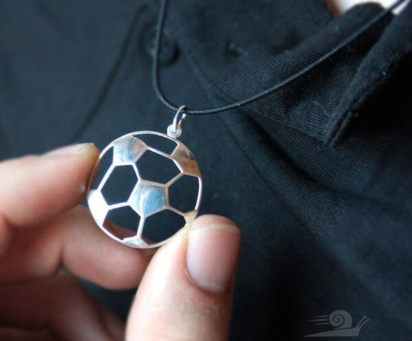 кулон в виде футбольного мяча