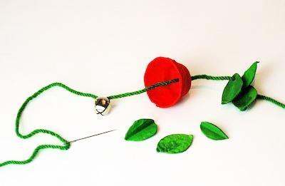 На следующем этапе нужно равномерно отмерять капроновую нить (15-20 см с каждой стороны), завязать плотно узелок у самого цветка.