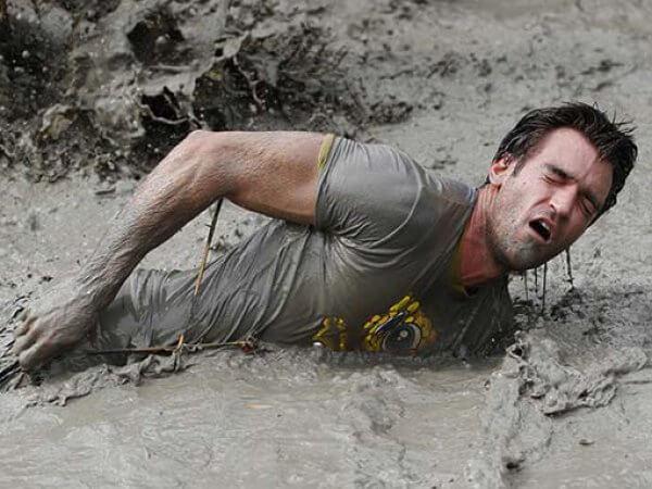 Парень упал в грязь