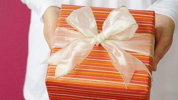 подарок в упаковке с бантом
