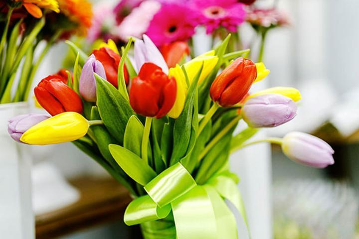 Цветы сестре на 8 Марта - что может подарить брат