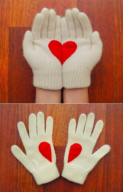 идея оформления подарка на14 февраля, на день валентина - дарим подарок в перчатках, на которых пришито сердце