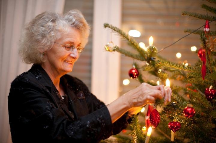 Бабушка наряжает елку