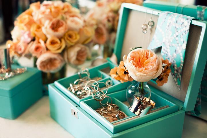 Подруга может подарить приятные мелочи. Фото с сайта 25.media.tumblr.com