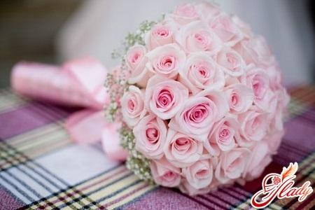 по традиции на 10 летие совместной жизни муж должен подарить букет из 11 розовых цветов