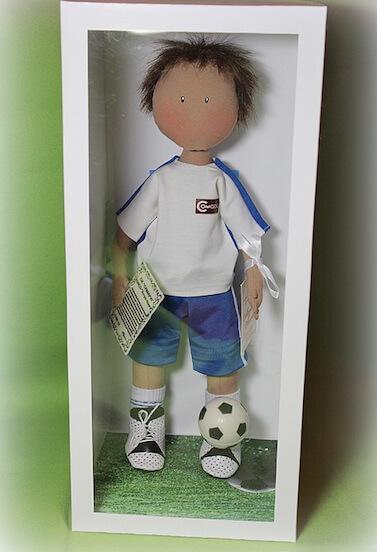 скульптура в виде спортсмена в футбольной форме