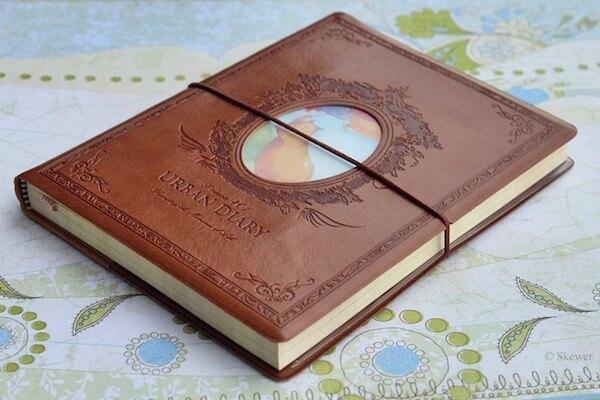 ежедневник в красивой кожаной обложке