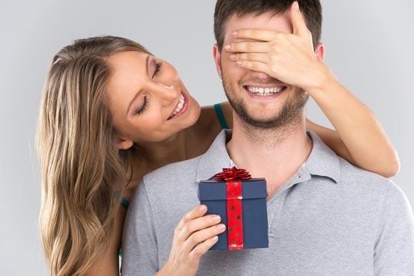 Мужчина выбирает подарок