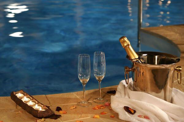 Романтик в бассейне
